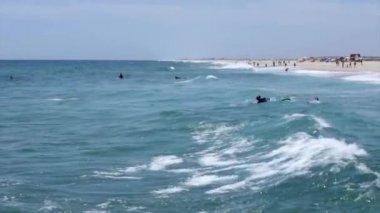 S výhledem na oceán a lidé surfování v Taviře ostrov, Algarve, Portugalsko. — Stock video