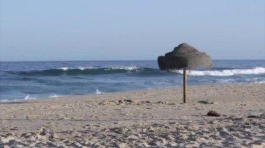 Parasol in strand zand en uitzicht op de atlantische oceaan van tavira island, algarve. — Stockvideo