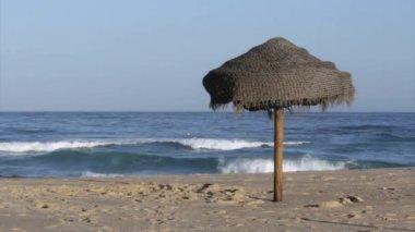 Parasoll i sandstrand och atlanten från ön tavira, algarve. — Stockvideo