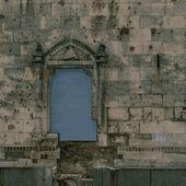 Old brick ancient wall with window — Stockvektor