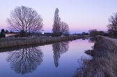Sunset with violet hues on the canal de Castilla in Palencia — Stock Photo
