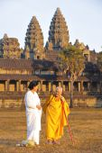 Female monks at Angkor Wat temple. — Stock Photo