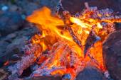 Campfire in rock fire ring at dusk — Stockfoto