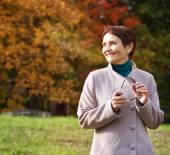 Attractive woman 50 years in the autumn park — Stockfoto