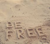 """The phrase """"be free"""" in the sand — ストック写真"""