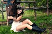 Brunett kvinna med häst — Stockfoto