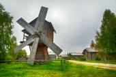 Mulino a vento in legno tradizionale — Foto Stock