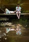 šťastná rodina na mostě — Stock fotografie