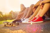 Sneakers of people on skateboard — Stockfoto
