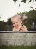 Chlapec na zahradě — Stock fotografie