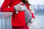 Pregnant woman's belly in winter — 图库照片