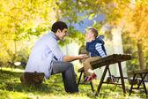 πατέρας και γιος να ξοδεψουν το χρόνο μαζί — Φωτογραφία Αρχείου