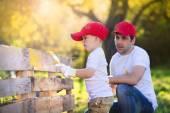 父親の息子絵画木製のフェンスで — ストック写真