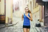 Kobiece kobieta lekkoatletka biegania po mieście. — Zdjęcie stockowe