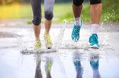 Par är joggning i regn. — Stockfoto
