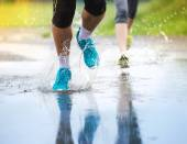 Couple are Jogging in rain. — Stock fotografie