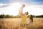 Rodziny w ciąży z córką w dziedzinie — Zdjęcie stockowe