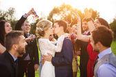 Pasgetrouwden kussen op Bruiloft Receptie — Stockfoto