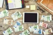 Mix van kantoorbenodigdheden, gadgets en geld — Stockfoto