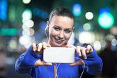 Donna che cattura selfie sul cellulare — Foto Stock