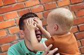 Père et fils faisant des grimaces — Photo