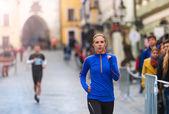 Mulher correndo na cidade — Fotografia Stock