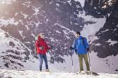 Couple hiking in winter — Zdjęcie stockowe