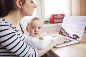 Mother with daugher working from home — Φωτογραφία Αρχείου