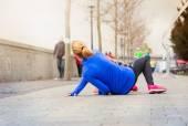 Kobieta działa, spada na ziemię — Zdjęcie stockowe