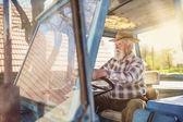Senior fermier conduisant un tracteur — Photo