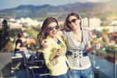 Two girls at outdoors bar — Stock Photo