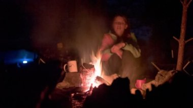 Tourists around the campfire at night. — Stock Video