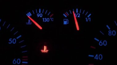 Car dash at the ignition. The error is not enough cooling fluid — Stok video