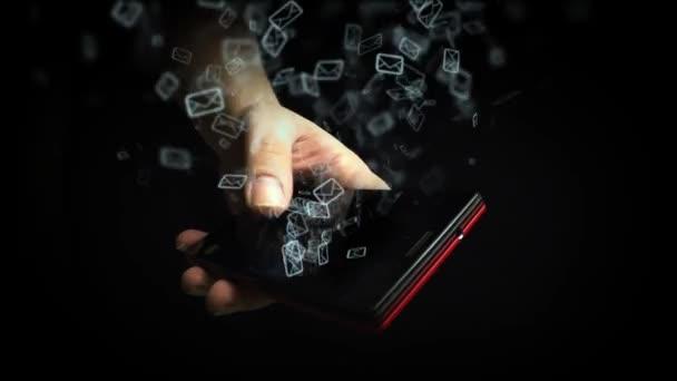 Hombre de negocios sosteniendo teléfono inteligente y enviar correos electrónicos — Vídeo de stock
