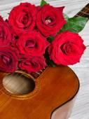 Klasik gitar üzerine kırmızı gül buketi — Stok fotoğraf