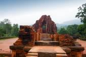Myson świątyni czerwone cegły w pochmurna pogoda Vietnam — Zdjęcie stockowe