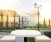 Table Top e fondo della costruzione di sfocatura — Foto Stock