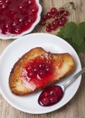 Toast of white bread with jam of red currant, a vase with jam an — Zdjęcie stockowe