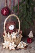 Christmas decoration with teddy bears in a basket and cookies. — Stock Photo