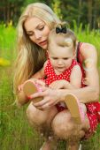 Young mother with her daughter in nature — Stock Photo