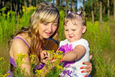 Mother and daughter are studying the environment — Stock Photo