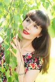 Happy girl enjoys the beauty of the tree — Stock Photo
