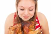 Beautiful girl loves chicken — Stock Photo