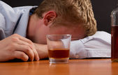 A drunk man is asleep at the table — Stock Photo
