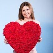 Bella donna felice tenere simbolo del giorno di san valentino — Foto Stock