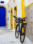 A bicycle leaning to a colorful wall in downtown — Stock Photo