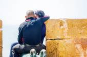 A romantic kissing couple on top of the wall — Stock Photo