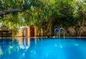 Big blue pool in the middle of backyard — Foto de Stock
