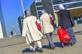 Three women in headscarfs walking in the street — Stock Photo