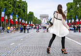 Very nice parisian girl in Paris on Champs Elysees avenue — Stock Photo